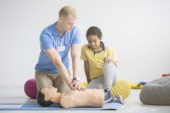 Παραϊατρικές παρουσιάζοντας ασκήσεις πρώτων βοηθειών στοκ φωτογραφίες
