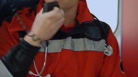 Παραϊατρική ομιλία ατόμων από τη ραδιο, κλείνοντας πόρτα ασθενοφόρων που οδηγεί στην κλήση, 911 απόθεμα βίντεο