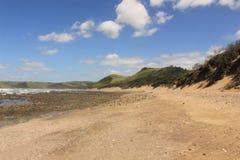Παραλία άμμου στο όμορφο τοπίο κατά μήκος της άγριας ακτής στη Νότια Αφρική, Mdumbi, αφρικανικό ταξίδι με σκοπό τις διακοπές στοκ εικόνες