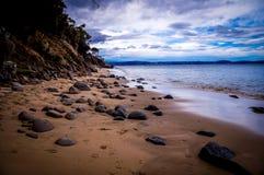 Παραλία άμμου χαλικιών κοντά στο Χόμπαρτ, Τασμανία, Αυστραλία στοκ φωτογραφία