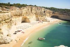 Παραλία έτοιμη να χαλαρώσει τους τουρίστες σε Praia DA Marinha στοκ φωτογραφίες