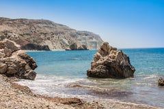 Παραλία αγάπης Βράχος Aphrodite ` s - τόπος γεννήσεως Aphrodite ` s κοντά στην πόλη της Πάφος Ο βράχος του ελληνικού ROM tou της  Στοκ φωτογραφίες με δικαίωμα ελεύθερης χρήσης
