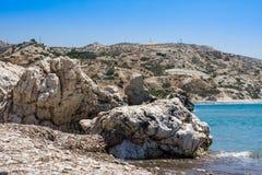 Παραλία αγάπης Βράχος Aphrodite ` s - τόπος γεννήσεως Aphrodite ` s κοντά στην πόλη της Πάφος Ο βράχος του ελληνικού ROM tou της  Στοκ εικόνα με δικαίωμα ελεύθερης χρήσης