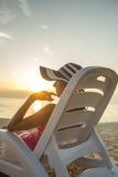 παραλία ανασκόπησης που χαλαρώνει την τροπική διανυσματική γυναίκα Στοκ εικόνα με δικαίωμα ελεύθερης χρήσης