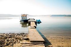 Παραλία, αποβάθρα, βάρκα, καταμαράν Στοκ φωτογραφίες με δικαίωμα ελεύθερης χρήσης