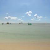 Παραλία, βάρκες και μπλε ουρανός Στοκ Εικόνες