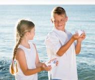 Παραλία βαρκών αγοριών και κοριτσιών Στοκ εικόνες με δικαίωμα ελεύθερης χρήσης