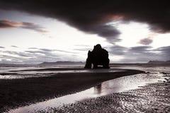 Παραλία βράχου δεινοσαύρων στην Ισλανδία Στοκ εικόνα με δικαίωμα ελεύθερης χρήσης
