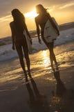 Παραλία ηλιοβασιλέματος κοριτσιών & ιστιοσανίδων Surfer μπικινιών γυναικών Στοκ Εικόνες