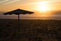 Παραλία ηλιοβασιλέματος ομπρελών Στοκ Εικόνες