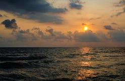 Παραλία θάλασσας ηλιοβασιλέματος Στοκ Φωτογραφία