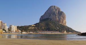 Παραλία θάλασσας χειμερινών άνετη βουνών calpe 4k Ισπανία απόθεμα βίντεο