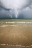 Παραλία, θάλασσα και θύελλα βροντής. Στοκ φωτογραφία με δικαίωμα ελεύθερης χρήσης