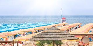 Παραλία Ιταλία Rimini - πανοραμική θερινή επισκόπηση στοκ εικόνες