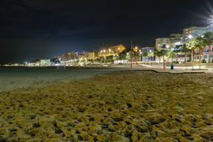 Παραλία και εικονική παράσταση πόλης Villajoyosa τη νύχτα, Ισπανία Στοκ Εικόνες