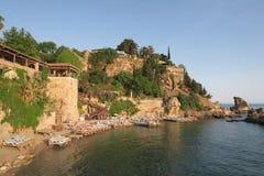 Παραλία και εστιατόριο Mermerli με τους τοίχους πόλεων σε Antalyas Oldtown Kaleici, Τουρκία Στοκ Φωτογραφίες