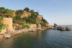 Παραλία και εστιατόριο Mermerli με τους τοίχους πόλεων σε Antalyas Oldtown Kaleici, Τουρκία Στοκ εικόνες με δικαίωμα ελεύθερης χρήσης