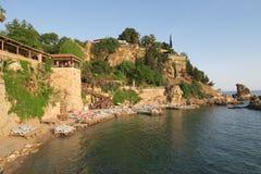 Παραλία και εστιατόριο Mermerli με τους τοίχους πόλεων σε Antalyas Oldtown Kaleici, Τουρκία Στοκ φωτογραφίες με δικαίωμα ελεύθερης χρήσης