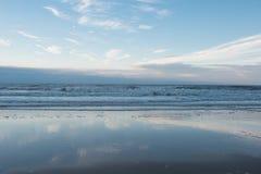 Παραλία και κυματωγή της Βόρεια Θάλασσας σε Koksijde, Βέλγιο Στοκ Φωτογραφία