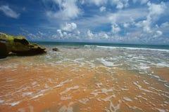 Παραλία και μπλε ουρανός νησιών του Neil με τα άσπρα σύννεφα, νησιά Andaman - Ινδία Στοκ εικόνα με δικαίωμα ελεύθερης χρήσης