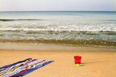 Παραλία και πετσέτα Στοκ εικόνες με δικαίωμα ελεύθερης χρήσης