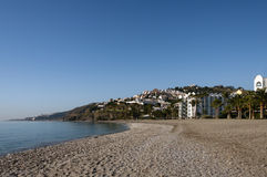 Παραλία και πόλη Nerja, Ισπανία Στοκ φωτογραφία με δικαίωμα ελεύθερης χρήσης