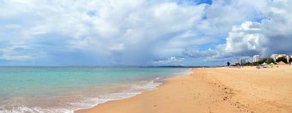 Παραλία και σαφές νερό του Αλγκάρβε Στοκ Φωτογραφίες