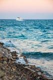 Παραλία και το άσπρο γιοτ. Hurghada, Αίγυπτος. Στοκ Εικόνες
