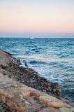 Παραλία και το γιοτ στην απόσταση Στοκ Φωτογραφίες