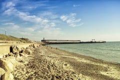 Παραλία και ωκεανός αποβαθρών Ξημερώματα στο νησί Στοκ Φωτογραφία
