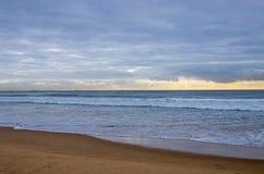 Παραλία και ωκεανός ενάντια στο νεφελώδη ουρανό στον ορίζοντα Στοκ Εικόνες