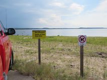 Παραλία, κανένα lifeguard, κανένα σημάδι κατοικίδιων ζώων με το όχημα Στοκ φωτογραφία με δικαίωμα ελεύθερης χρήσης