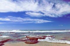 Παραλία κοντά σε Mosselbay Νότια Αφρική κατά τη διάρκεια της ηλιοφάνειας πρωινού κάτω από έναν νεφελώδη ουρανό Στοκ Φωτογραφία