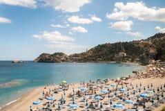 Παραλία κοντά σε Taormina Σικελία κατά τη διάρκεια του καλοκαιριού Στοκ εικόνες με δικαίωμα ελεύθερης χρήσης