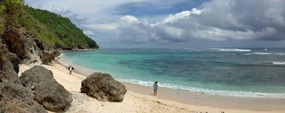 Παραλία κοντά στον απότομο βράχο του Μπαλί, νότος του νησιού του Μπαλί, Ινδονησία Στοκ Εικόνα
