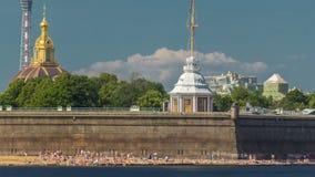 Παραλία κοντά στο Peter και φρούριο του Paul πέρα από τον ποταμό Neva timelapse, Αγία Πετρούπολη, Ρωσία απόθεμα βίντεο