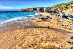 Παραλία Κορνουάλλη σκελών Trebarwith κοντά σε Tintagel Αγγλία UK στο λαμπρό χρώμα HDR Στοκ εικόνα με δικαίωμα ελεύθερης χρήσης