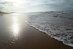Παραλία με τα κύματα, τις αντανακλάσεις και την ανατολή Στοκ εικόνα με δικαίωμα ελεύθερης χρήσης