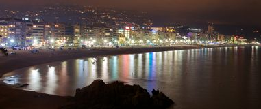 Παραλία με τα ξενοδοχεία Lloret de Mar τη νύχτα Στοκ φωτογραφίες με δικαίωμα ελεύθερης χρήσης