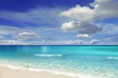 Παραλία με τα σύννεφα Στοκ εικόνα με δικαίωμα ελεύθερης χρήσης