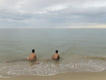 Παραλία με την αλιεία των αλιευτικών πλοιαρίων Στοκ Φωτογραφίες