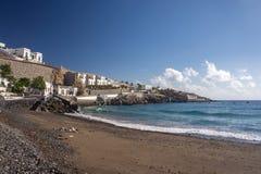 Παραλία με τη μαύρη άμμο και την άποψη της πόλης στο Tenerife νησί Κανάρια νησιά tenerife Στοκ Εικόνες