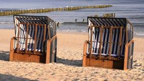 Παραλία με τις καρέκλες παραλιών φιλμ μικρού μήκους