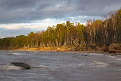 Παραλία με τους απότομους βράχους ψαμμίτη Στοκ φωτογραφία με δικαίωμα ελεύθερης χρήσης