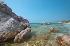 Παραλία με τους βράχους Στοκ εικόνες με δικαίωμα ελεύθερης χρήσης