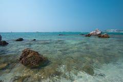 Παραλία με τους βράχους Στοκ Φωτογραφίες