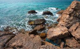 Παραλία με τους βράχους Στοκ φωτογραφία με δικαίωμα ελεύθερης χρήσης