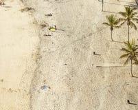 Παραλία με τους τουρίστες το καλοκαίρι Arrecife, Ισπανία Στοκ Φωτογραφίες