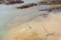 Παραλία με τους τουρίστες το καλοκαίρι Arrecife, Ισπανία Στοκ Εικόνες