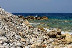 Παραλία με τους όμορφους, γραφικούς βράχους στοκ φωτογραφία
